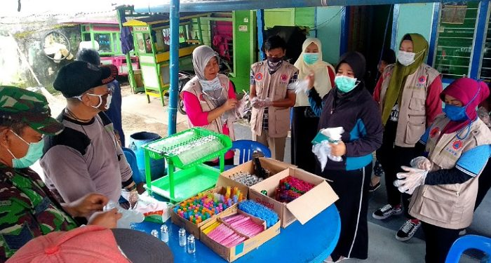 Relawan Destana Sebengkok Bagikan Hand Sanitizer Kepada Masyarakat dan Pedagang. Poto: fokusborneo.com