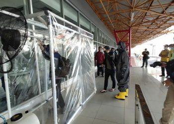 Cegah Covid-19, Satbrimob Polda Kaltara Pasang Dekontaminasi di Pintu Bandara Juwata Tarakan. Poto: Istimewa