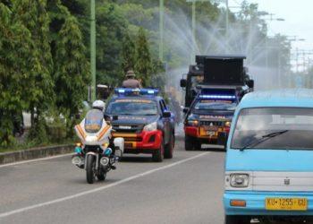 Tamoak Mobil AWC Brimobda Kaltara Lakukan Penyemprotan Disinfektan. Poto: Istimewa