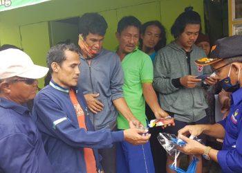 Ketua DPD Partai Nasdem Kota Tarakan Mustain membagikan masker kain ke warga, Selasa (31/3). Foto : Fokusborneo.com