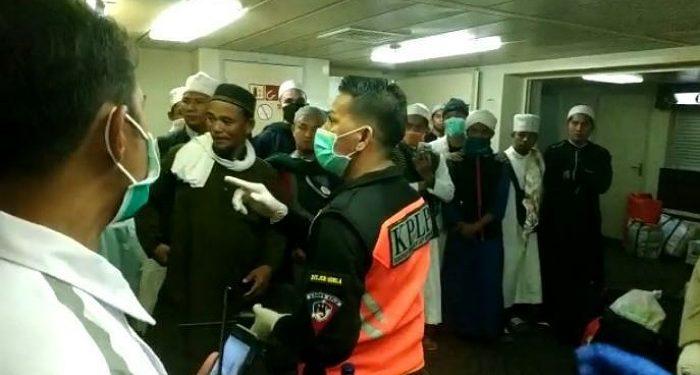 Petugas KSOP Cek Kesehatan Penumpang KM Lambelu. poto: Istimewa (KSOP)