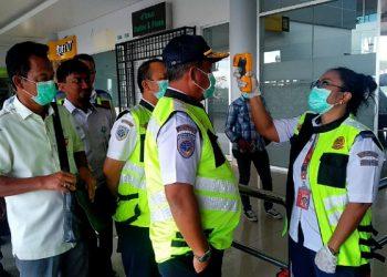 Kabandara Juwata Tarakan Cek Suhu Badan Sebelum Masuk Pintu Keberangkatan. Poto: fokusborneo.com