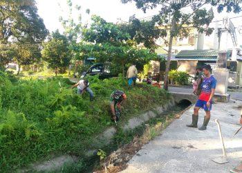 Babinsa Koramil 0907/01 Tartim Serka Sugianto bersama warga membersihkan lingkungan wilayah Kel. Kampung Enam Kec.Tarakan Timur. Foto : Pendim 0907/Trk