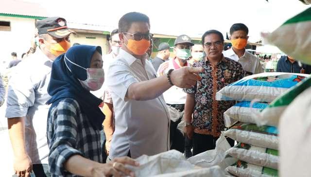STOK AMAN : Gubernur Kaltara, Dr H Irianto Lambrie meninjau Pasar Induk Tanjung Selor belum lama ini. Foto : Humas Provinsi Kalimantan Utara