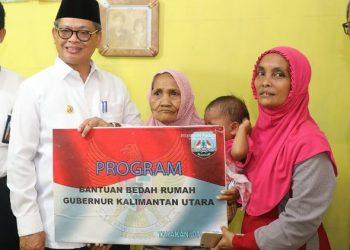 REHAB RUMAH : Gubernur Kaltara, Dr H Irianto Lambrie saat menyerahkan secara simbolis bantuan rehab rumah, belum lama ini. Foto : Humas Provinsi Kaltara