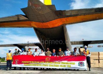 Pesawat Hercules C-130 yang membawa APD dan masker untuk Kaltara tiba di Bandar Udara Juwata Tarakan. Sabtu (04/3/). Foto : Fokusborneo.com
