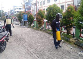 Tim URC ADO Kaltara melakukan penyemprotan disinfektan di Fasilitas Umum, Selasa (31/3). Foto : Istimewa