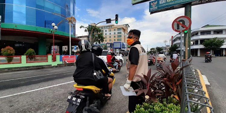 Petugas BPBD Kota Tarakan bagikan brosur himbuan pencegahan penyebaran Covid-19 di Simpang 4 THM, Kamis (02/3). Foto : Istimewa