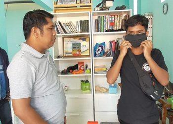 Ketua IJTI Kaltara Usman Coddang  bagikan masker untuk jurnalis televisi, Sabtu (04/3). Foto : Istimewa