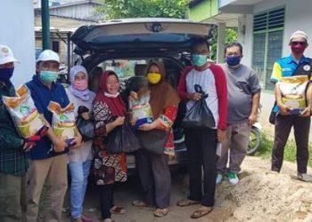 Ketua Komunitas Tidung Borneo Mariyam bagikan paket sembako kepada nelayan di Kota Tarakan, Sabtu (11/4). Foto : Istimewa