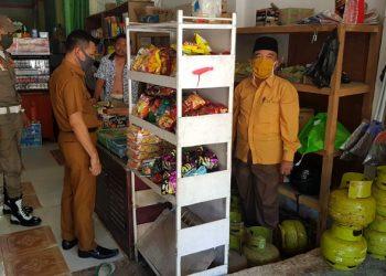 Anggota DPRD Kota Tarakan Rusli Jabba dan Kepala Disdagkop serta Satpol PP sidak penjualan gas 3 Kg di pengecer, Selasa (14/4). Foto : Fokusborneo.com