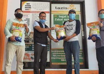 Tim relawan anggota DPD RI Hasan Basri menyerahkan bantuan beras kepada Lazismu Kota Tarakan, Selasa (28/4). Foto : Istimewa