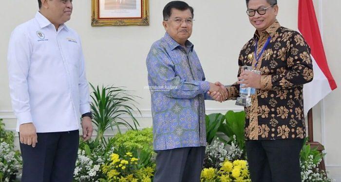 Gubernur Kaltara, Dr H Irianto Lambrie saat menerima penghargaan Top 45 Inovasi 2019 dari Wapres RI periode 2014-2019 HM Jusuf Kalla, tahun lalu. Foto  : Humas Provinsi Kaltara