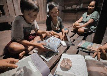 Aktifitas Belajar Membaca Anak Sekolah Adat Punan Semeriot Pedalaman Kalimantan Utara. Poto-Poto: Pertamina EP Tarakan Field
