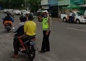 Petugas Satlantas Polres Tarakan Berikan Imbauan PSBB Selama Uji Coba. Poto: Istimewa