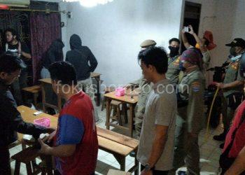 Patroli Satpol PP Imbau Pengunjung Kafe Tidak Berkumpul. Poto: fokusborneo.com