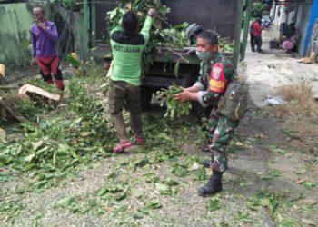 Serda Paimin Babinsa Koramil 0907/02 Tarteng bersama warga binaanya melaksanakan kerja bakti penebangan pohon disamping SMP 4 Tarakan.Foto: Humas Pemprov Kaltara