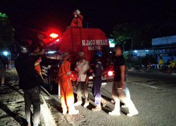 Petugas gabungan Kota Tarakan melakukan penertiban warung dan toko masih buka lewati jam ketentuan PSBB, Sabtu (2/5). Foto : Fokusborneo.com