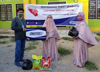 Pemiliki Aztrada 88 Sebatik, H Momo Diwakili Amran Serahkan Paket Sembako Untuk Anak Yatim Melalui Yayasan Ukhuwah Islamiyah Sei Nyamuk (5/2). Poto: Istimewa