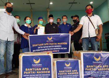 Ketua DPW Partai Nasdem Kaltara dr. Jusuf SK menyerahkan bantuan APD kepada Ketua IDI Wilayah Kaltara dr. Franky di RSUD Tarakan, Jumat (8/5). Foto : Fokusborneo.com