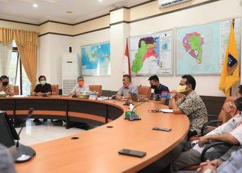 Wali Kota Tarakan, dr. H. Khairul, M.Kes., memimpin rapat koordinasi penugasan BUMD Kota Tarakan di ruang rapat Wali Kota, Sabtu (9/5). Foto : Humas Pemkot Tarakan