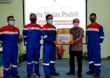 Tarakan Field Manager Agung Wibowo Simbolis Menyerahkan Paket Sembako Kepada Jafat Salah Satu Perwakilan Wartawan dari RRI. Poto: fokusborneo.com