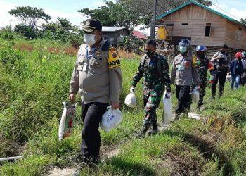 Kapolres Malinau, AKBP Agus Nugraha Pimpin Langsung Penyerahan Paket Sembako Untuk Warga Tidak Mampu Akibat Covid-19. Poto: Istimewa
