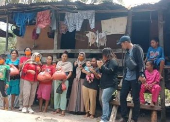 Ketua DPRD Kaltara Norhayati Andris membagikan beras kepada warga terdampak Covid-19 di Kota Tarakan. Foto : Istimewa
