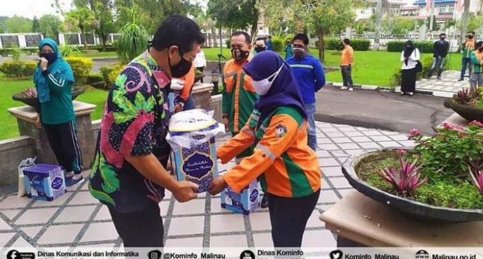 Bupati Malinau Dr. Yansen TP, M.Si membagikan parsel (bingkisan) kepada para petugas pertamanan, kebersihan, dan petugas pemakaman, Rabu (20/5). Foto : Diskominfo Malinau.