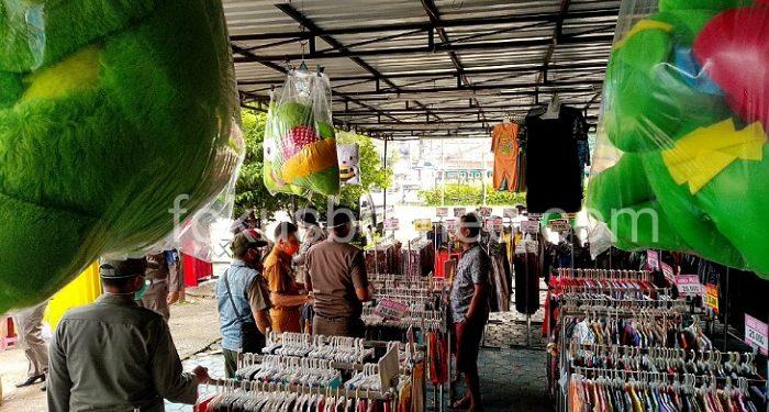 Petugas Gabungkan Tegur Pedagang Non Sembako Yang Masih Buka, Poto: fokusborneo.com