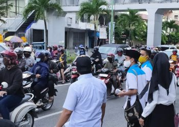 DPD KNPI Tarakan Bagikan Masker dan Takjil Kepada Pengendara. Poto: DPD KNPI Tarakan