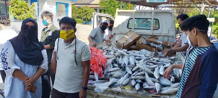 DPD HNSI Kaltara bagikan 1.000 Kg ikan kepada warga dan petugas medis, Kamis (21/5). Foto : Istimewa