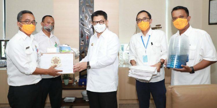 Gubernur Kaltara, Dr H Irianto Lambrie secara simbolis menerima bantuan APD dari KAGAMA di ruang kerja Gubernur Kaltara, Rabu (20/5). Foto : Humas Provinsi Kaltara