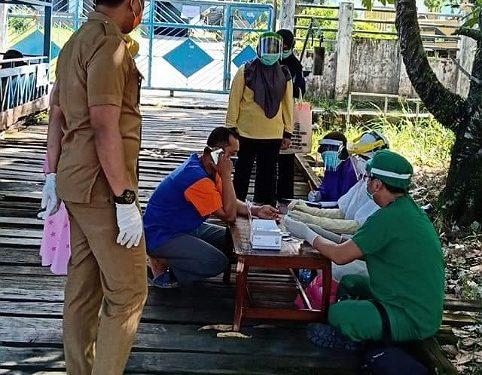 Lurah Mamburungan Chaizir Zein mendampingi petugas medis melakukan rapid test warga Tanjung Pasir dan Tanjung Batu, Selasa (26/5). Foto : Istimewa