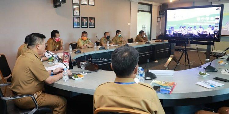 Gubernur Kaltara, Dr H Irianto Lambrie saat menghadiri pertemuan virtual dengan Kepala Perwakilan BPK Kaltara Agus Priyono dan jajarannya, Selasa (26/5) sore. Foto : Humas Provinsi Kaltara
