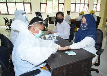 Petugas medis melakukan rapid test kepada tenaga pendidik dan kependidikan Kabupaten Tana Tidung, Rabu (27/5). Foto : Istimewa