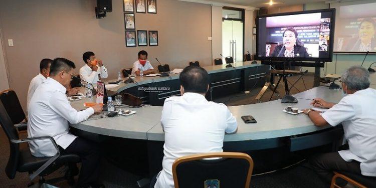 Gubernur Kaltara, Dr H Irianto Lambrie saat mengikuti pertemuan virtual Rapat Paripurna ke-13 DPRD Kaltara Masa Sidang ke-2 dalam rangka penyampaian rekomendasi LKPj APBD Tahun Anggaran 2019 Kepada Pemprov Kaltara, Rabu (27/5) sore. Foto : Humas Provinsi Kaltara