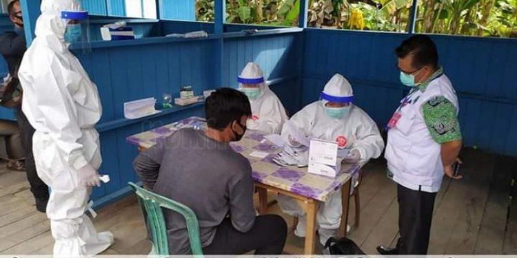 Petugas medis melakukan rapid test kepada pedagang Pasar Pelangi Malinau, Kamis (28/5). Foto : Diskominfo Malinau