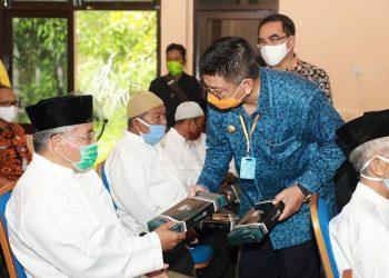 Gubernur Kaltara, Dr H Irianto Lambrie saat membagikan bingkisan sarung kepada warga lansia yang dirawat di PSTW Marga Rahayu dalam rangka peringat HLUN 2020, Kamis (28/5). Foto : Humas Provinsi Kaltara
