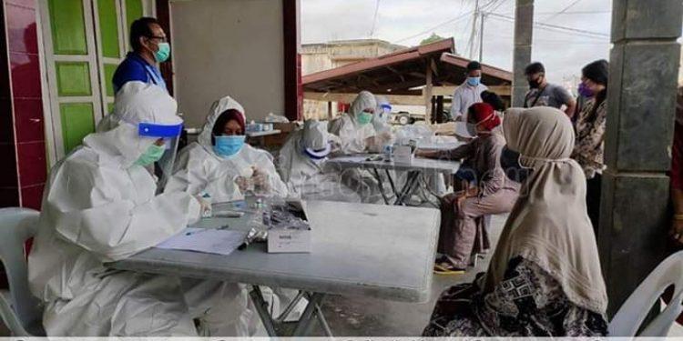 Petugas medis melakukan rapid test kepada pedagang di Pasar Induk Malinau, Jumat (29/5). Foto : Diskominfo Malinau