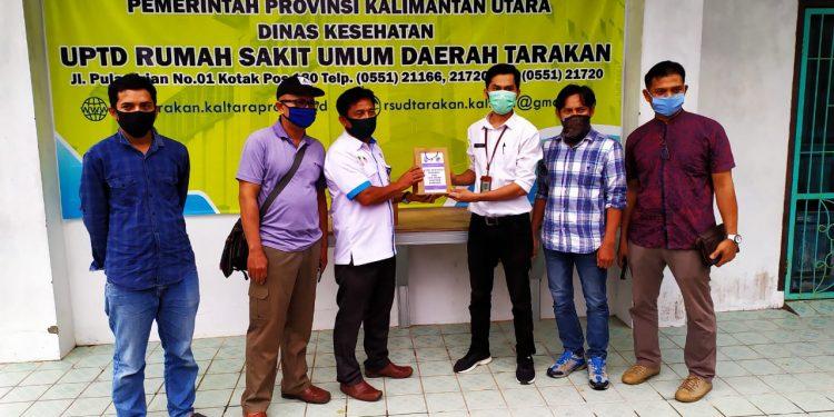Kepala KPH Tarakan R Diro Pagiling Menyerahkan Bantuan Madu dan Minyak Kayu Putih Untuk Tenaga Medis. Poto: KPH Untuk Fokusborneo.com