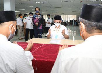 Gubernur Kaltara, Dr H Irianto Lambrie saat melakukan pembayaran zakat bersama para ASN di lingkup Pemprov Kaltara, Jumat (15/5). Foto : Humas Pemprov Kaltara