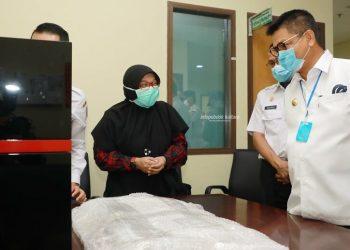 LAWAN CORONA : Gubernur Kaltara, Dr H Irianto Lambrie saat memeriksa kondisi perangkat penguji sampel swab metode PCR di RSUD Tarakan, belum lama ini. Foto : Humas Provinsi Kaltara