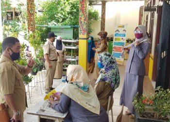 Lurah Sebengkok Syakhril Alamsyah meninjau PPDB di SDN 014 Sebengkok, Selasa (23/6). Foto : Fokusborneo.com