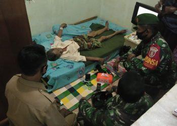 Danramil 0907/03 Tarbar Kapten Inf Pattah Setiawan memberikan bantuan sembako kepada warga menderita sakit.Foto: Pendim0907/Trk