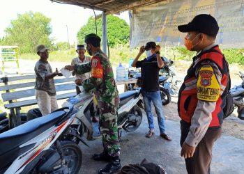 Babinsa Koramil 0907/01 Tarakan Timur membagikan masker kepada warga tidak memakai masker diwilayah binaannya. Foto : Kodim 0907 Tarakan