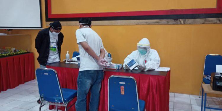 Petugas Verfak calon perseorangan Pilkada Kaltara 2020 di Kota Tarakan menjalani rapid test di Kantor KPU Kota Tarakan, Sabtu (27/6). Foto : Fokusborneo.com