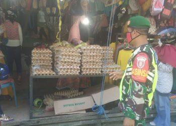 Babinsa Kodim 0907 Tarakan menghimbau pedagang dan pengunjung Pasar Gusher untuk tetap menerapan protokol kesehatan, Senin (29/6). Foto : Humas Kodim 0907 Tarakan