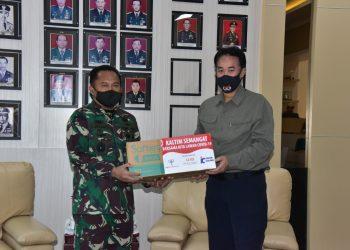 Panglima Kodam VI Mulawarman Mayjen TNI Subiyanto menerima bantuan 25 ribu masker dari PT. Indexim di ruang Makodam VI Mulawarman Balikpapan, Kalimantan Timur, Senin (29/6). Foto Istimewa