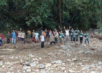 Tim DLH Provinsi Kaltara saat mengunjungi hutan Desa Adat Punan Adiu, beberapa waktu lalu. Foto : Humas Provinsi Kaltara